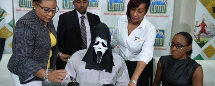Ganhador de loteria vai resgatar prêmio fantasiado para evitar curiosos e interesseiros